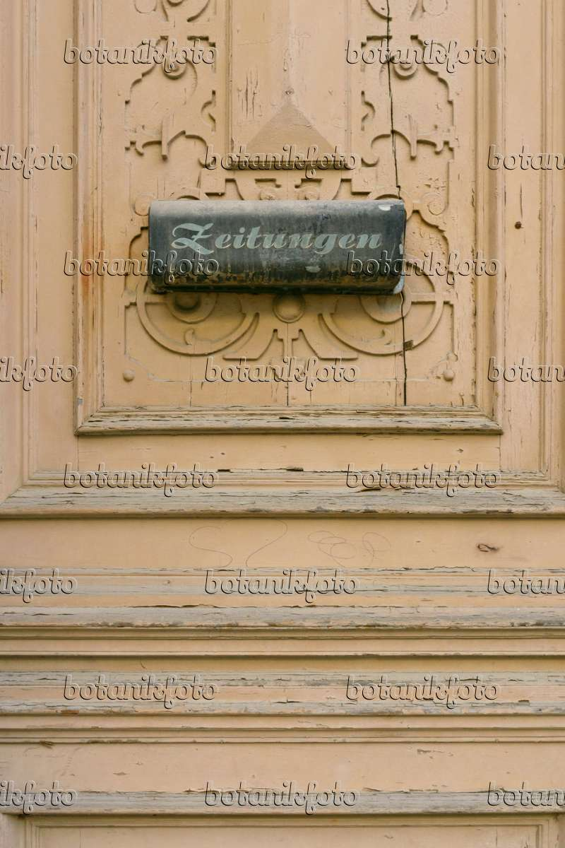 bild alte geschnitzte haust r mit briefkasten f r zeitungen g rlitz deutschland 559066. Black Bedroom Furniture Sets. Home Design Ideas