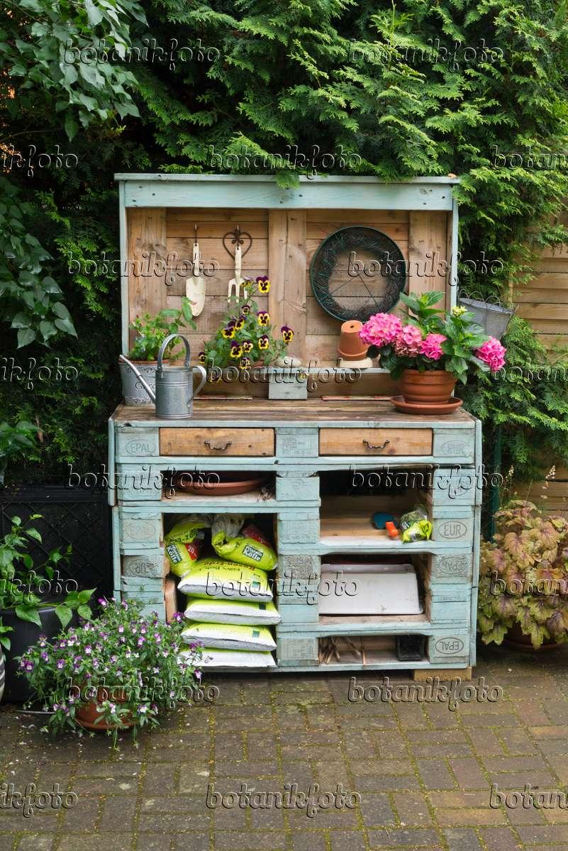 Bild arbeitstisch aus holzpaletten 534239 bilder und videos von pflanzen und g rten - Holzpaletten deko ...