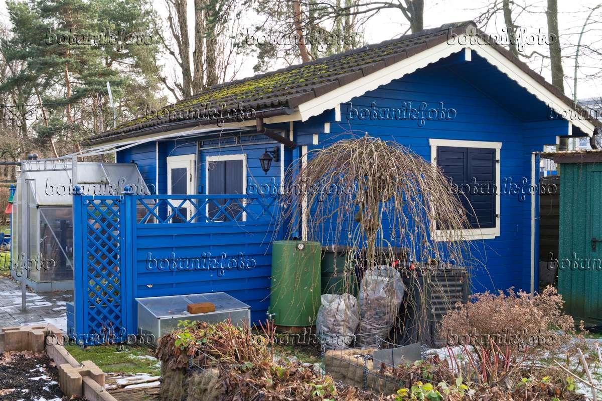 bild blaue gartenlaube in einem winterlichen kleingarten 529070 bilder und videos von. Black Bedroom Furniture Sets. Home Design Ideas