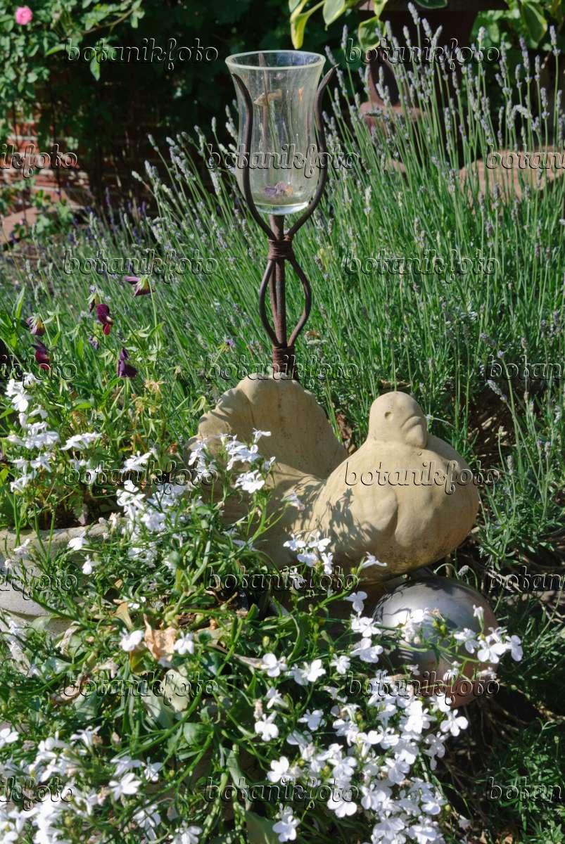 Bild gartendekoration mit vogel aus terrakotta und windlicht 475263 bilder und videos von for Terracotta gartendekoration