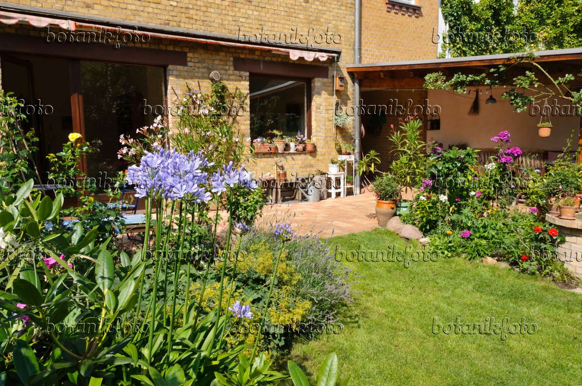 bild hofgarten mit staudenbeeten rasenfl che und terrasse mit k belpflanzen 474344 bilder. Black Bedroom Furniture Sets. Home Design Ideas