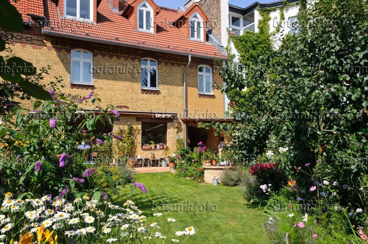 bild hofgarten mit staudenbeeten rasenfl che und terrasse mit k belpflanzen 474346 bilder. Black Bedroom Furniture Sets. Home Design Ideas