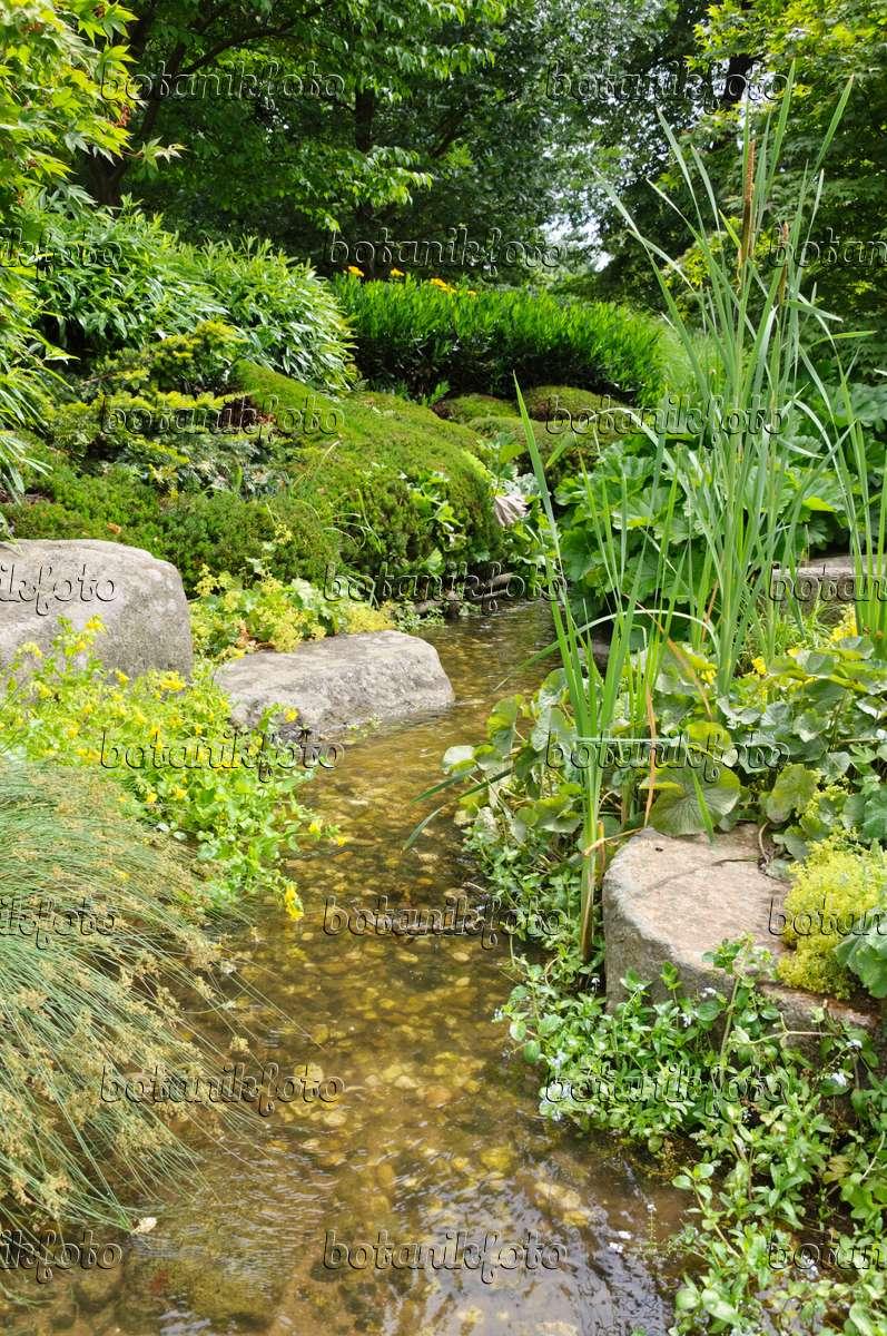 Künstlicher Bach bild künstlicher bach in einem naturgarten 486040 bilder und