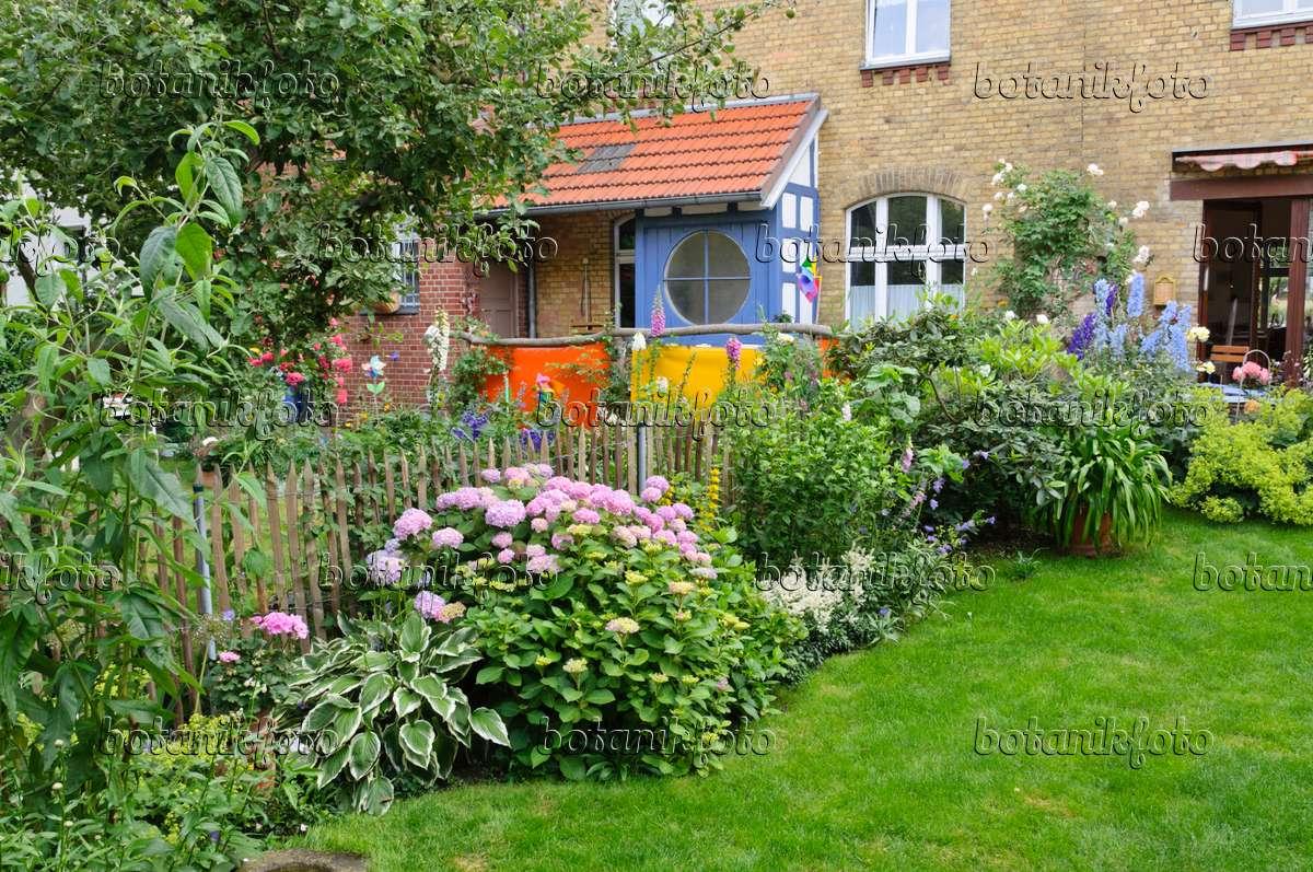 bild staudenbeet in einem hofgarten 473276 bilder und. Black Bedroom Furniture Sets. Home Design Ideas