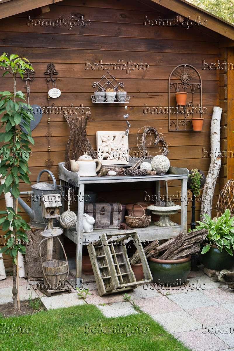 Bild tisch mit dekoration vor einer gartenlaube 536194 for Gartendeko tisch