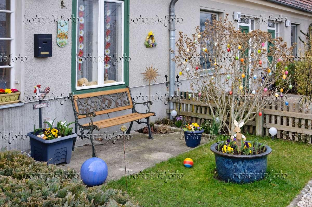 bild vorgarten mit osterdekoration 470071 bilder und. Black Bedroom Furniture Sets. Home Design Ideas