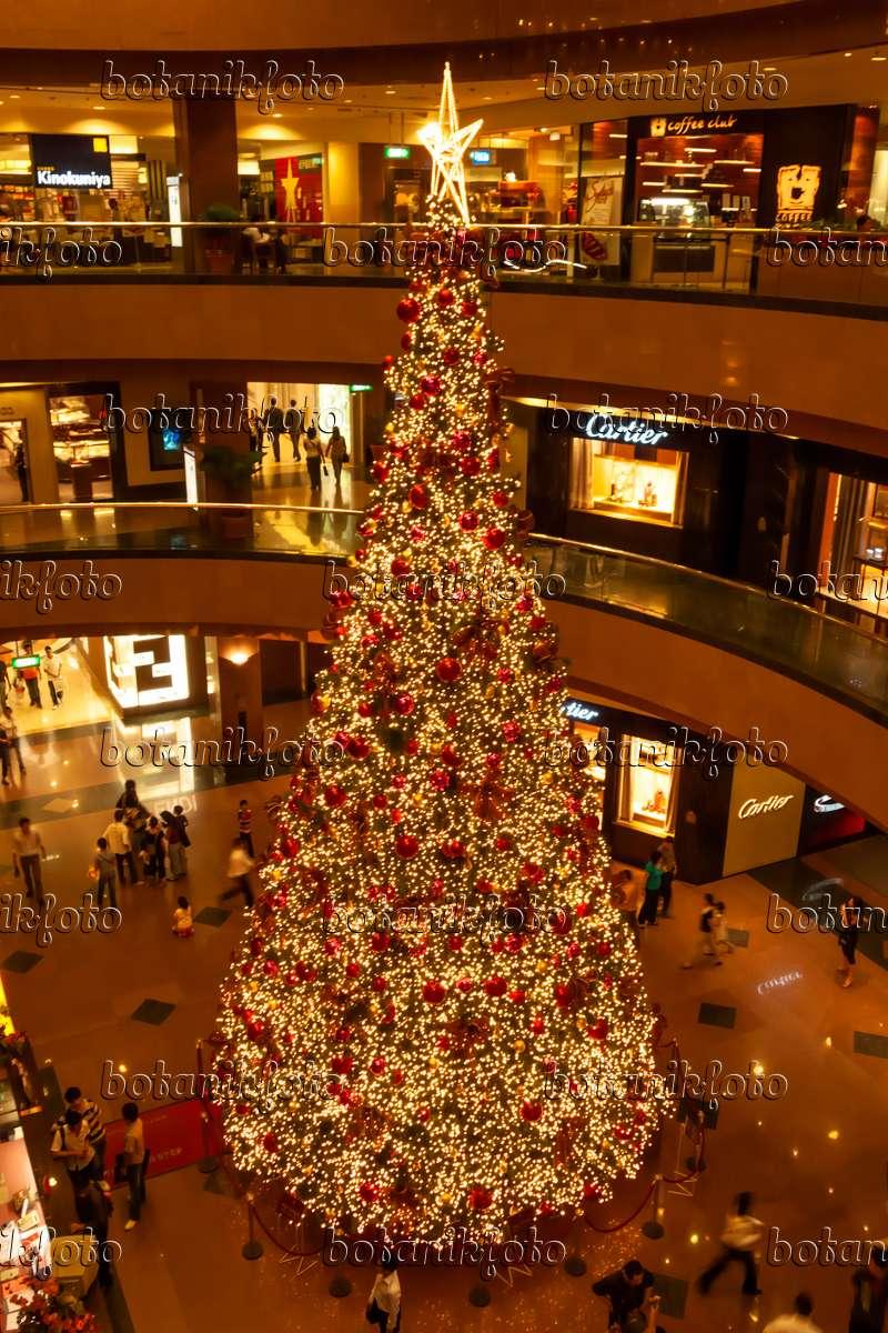 bild weihnachtsbaum in einem einkaufszentrum singapur. Black Bedroom Furniture Sets. Home Design Ideas