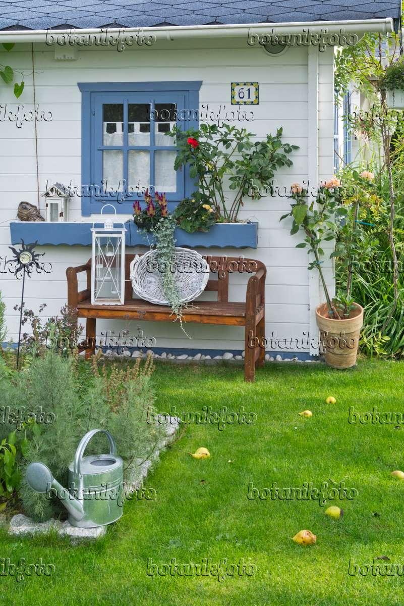 bild wei e gartenlaube mit gartendekoration 548133. Black Bedroom Furniture Sets. Home Design Ideas