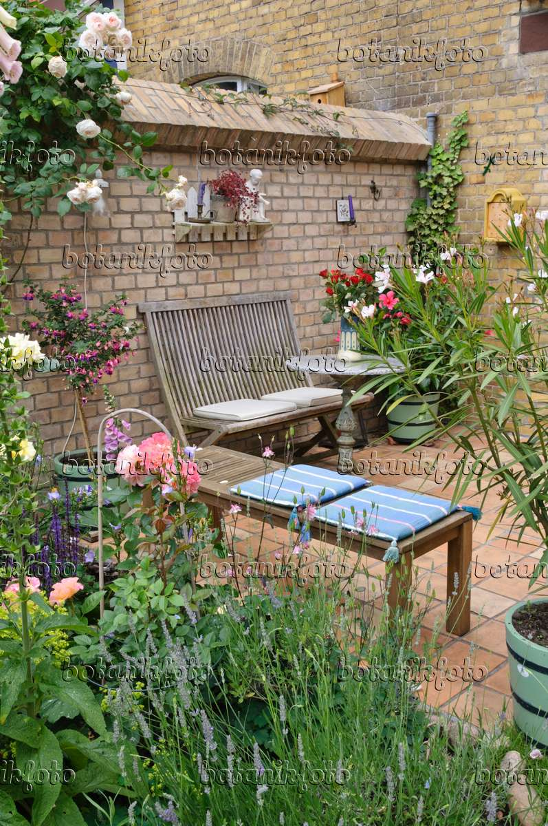 Image terrace of a backyard garden with seating area 473247 images and videos of plants and - Lay outs garden terrace ...