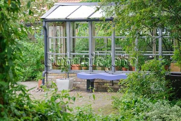bild sitzplatz mit blauen m beln vor einem wei em haus 509157 bilder und videos von pflanzen. Black Bedroom Furniture Sets. Home Design Ideas