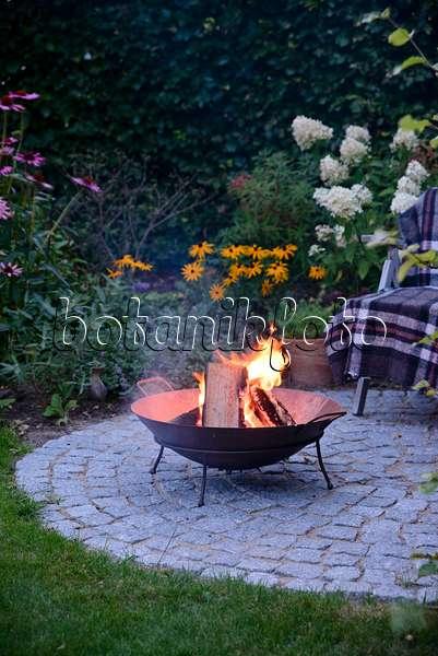 bild sitzplatz mit feuerstelle im garten 509142 bilder und videos von pflanzen und g rten. Black Bedroom Furniture Sets. Home Design Ideas