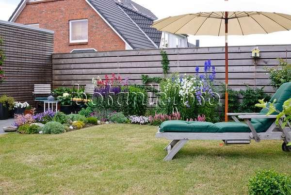 bild h lzerner liegestuhl mit topfpflanzen 472371 bilder und videos von pflanzen und g rten. Black Bedroom Furniture Sets. Home Design Ideas