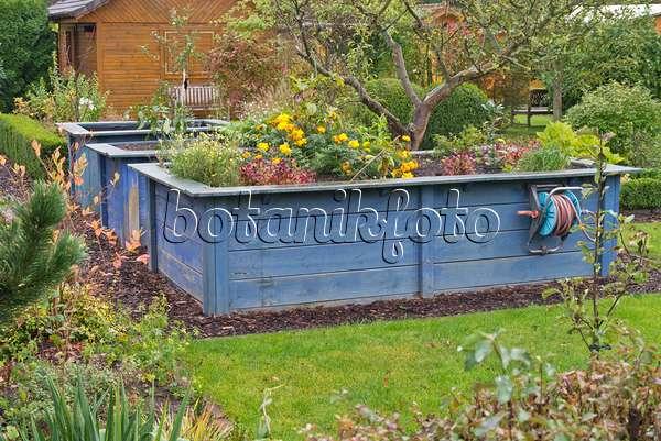 Bild Blaue Tragesacke Mit Gartenabfallen Daneben Hochbeet Mit Folie
